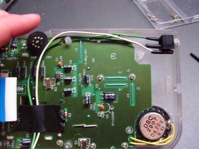Ahora montar el conector en el caso gameboy. Coloque el extremo del conector en el agujero que ha perforado desde el interior de la caja.